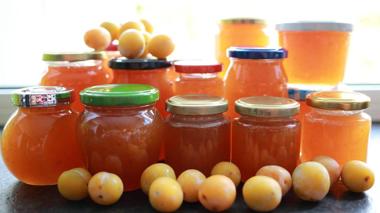 Verschiedene Gläser und Früchte: selbst gemachte Marmelade ist lecker (Foto: Imago, imago images / Frank Müller)