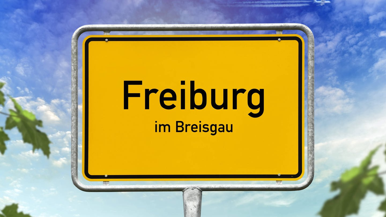 Ortschild Freiburg im Breisgau (Foto: Imago, imago images / Christian Ohde)