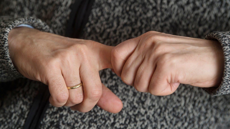 Fingerknacken ist nicht allzu gut für die Gelenke (Foto: dpa Bildfunk, picture alliance / Marijan Murat/dpa)