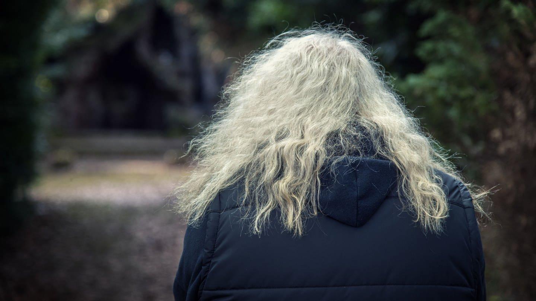 Graue Locken: Die Struktur der Haare kann sich im Lauf des Lebens verändern (Foto: picture-alliance / Reportdienste, picture alliance | CHROMORANGE / Ruth Roeder)