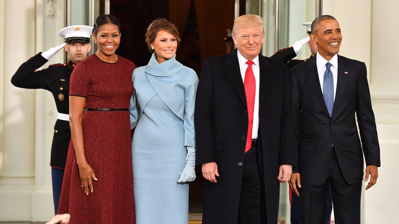 Präsident Barack Obama und First Lady Michelle Obama empfangen vor Trumps Amtseinführung in Washington, D.C den gewählten Präsidenten Donald Trump und seine Frau Melania am 20. Januar 2017 im Weißen Haus (Foto: picture-alliance / Reportdienste, picture alliance / newscom | KEVIN DIETSCH)