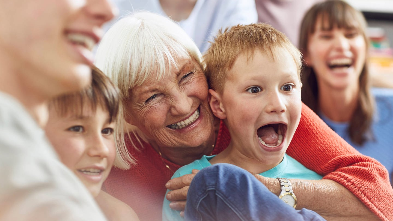 Glückliches Kind, geborgen in der Familie