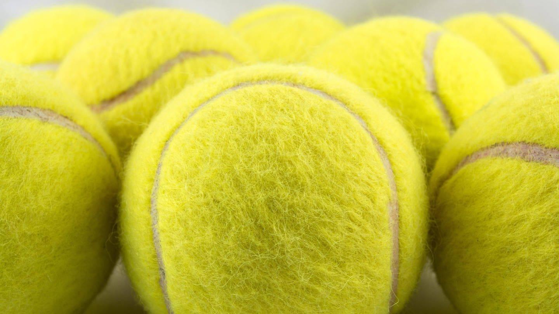 Gelbe Tennisbälle: Der Tennisball ist in seiner heutigen Form 1880 in England entstanden. Damals wurde noch viel auf sandigem Untergrund gespielt und der Filzüberzug schützte das Gummi vor Abrieb. (Foto: Imago, imago images / Panthermedia)