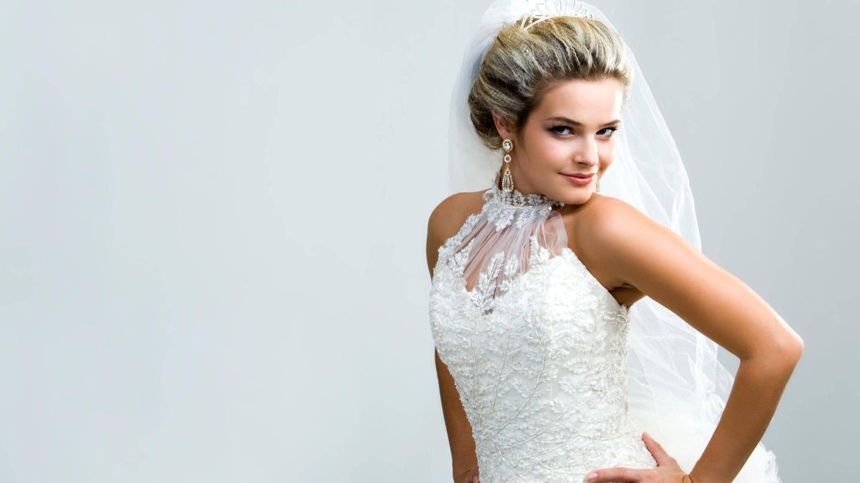Braut posiert im weißen Kleid: Ein teures weißes Brautleid kann Luxus und Statussymbol sein (Foto: Imago, IMAGO / Panthermedia)