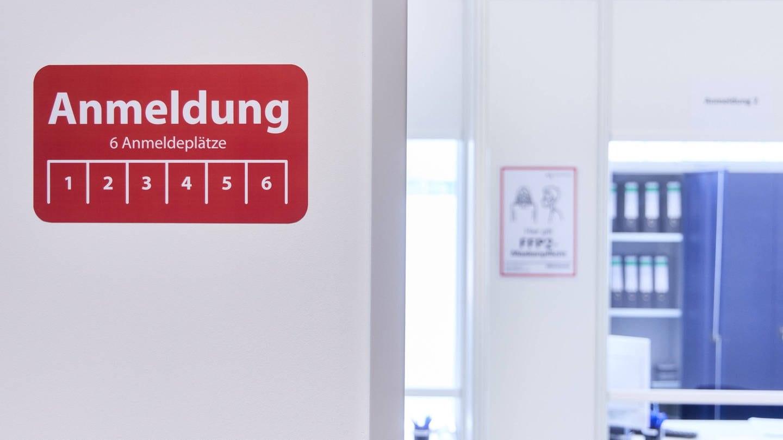 Hinweis-Schild zur Anmeldung im Impfzentrum Augsburg. Bei der Anmeldung werden die Menschen, die geimpft werden sollen u.a. gefragt, ob sie aktuell Fieber haben. (Foto: Imago, IMAGO / reportandum)