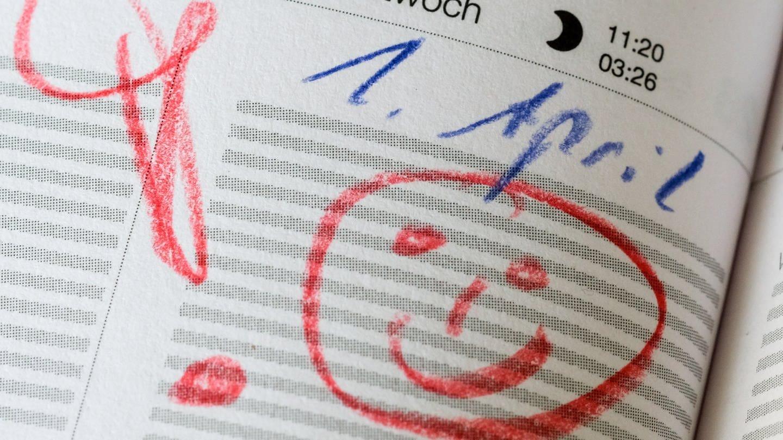 Kalendereintrag mit Warnhinweis für den 1. April: lachendes Gesicht und Ausrufezeichen