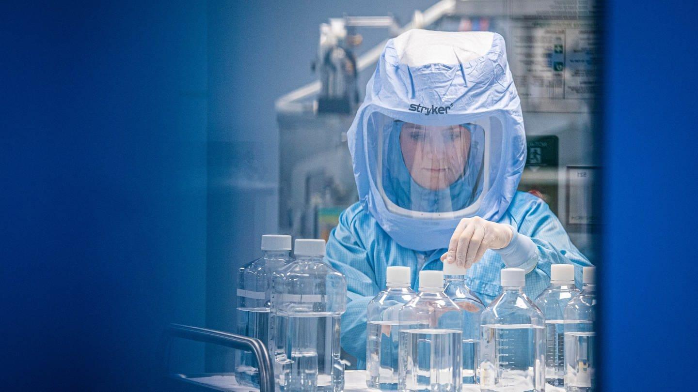 Mit Ganzkörper-Schutzanzügen simulieren Laborantinnen der Firma Biontech in einem Reinraum am neuen Produktionsstandort in Marburg die finalen Arbeitsschritte zur Herstellung des Corona-Impfstoffes an einem Bioreaktor. (Foto: dpa Bildfunk, picture alliance/dpa   Boris Roessler)