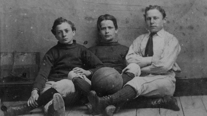 Drei Jungs in Sportkleidung mit Fußball, England um 1885 (Foto: picture-alliance / Reportdienste, picture-alliance / akg-images | akg-images / Archie Miles)