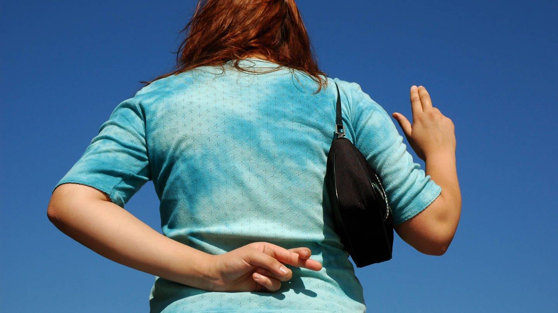 Das Blaue vom Himmel herunterlügen: Frau schwört vor blauem Himmel – und schwört hinter dem Rücken heimlich wieder ab (Foto: Imago, IMAGO / Steinach)