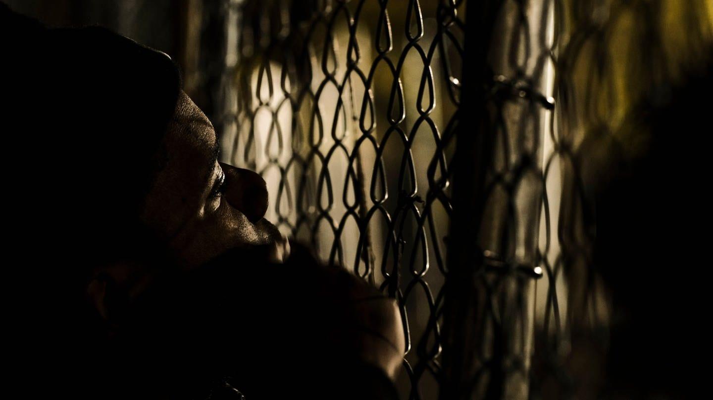 Schattenhaftes Gitter. Symbolbild Gefängnis USA (Foto: picture-alliance / Reportdienste, picture alliance / ZUMAPRESS.com | Matthew Hatcher)