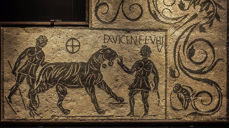Mosaikfragment mit Tiger und zwei Bestiarii / Venatores im antiken Rom, Italien, 100-200 n. Chr