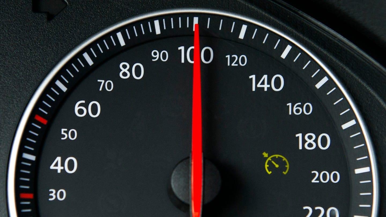 Ein Autotacho steht auf 100. Würde man z.B. auf Tempo 120 beschleunigen, bräuchte man dafür nach dem 2. Newtonschen Geesetz, dem Aktionsprinzip, eine Kraft.