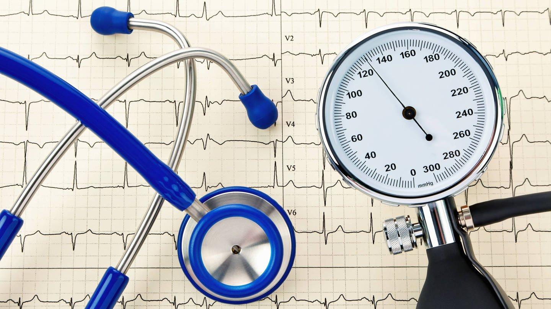 Blutdruckmessgerät: Gegen hohen Blutdruck helfen Bewegung, warme Armbäder und erfreulicherweise: dunkle Schokolade! (Foto: Imago, imago stock&people)