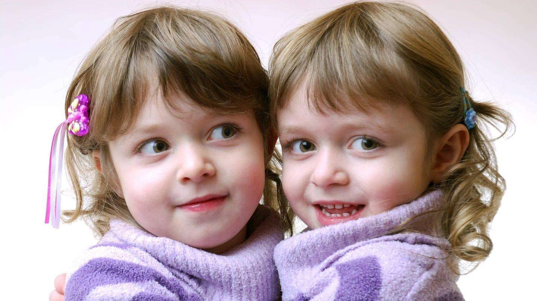 Die Handlinien und auch die Fingerabdrücke eineiiger Zwillinge sind zwar oft ähnlich, aber nie identisch (Foto: Imago, imago/Panthermedia)