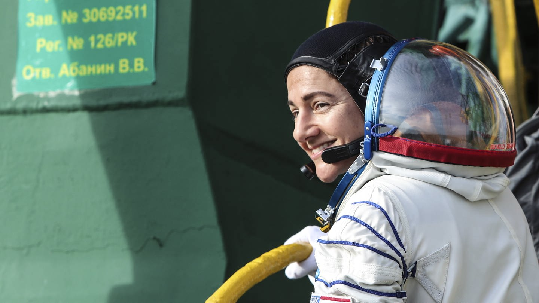 Die NASA-Astronautin Jessica Meir schaut zurück und lächelt kurz vor dem Start in Baikonur zur Internationalen Raumstation am 25. September 2019 (Foto: Imago, imago images/ITAR-TASS)