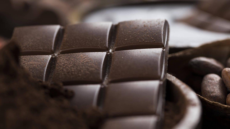 Dunkle Schokolade: In Maßen genossen kann sie den Blutdruck senken und beim Lernen helfen (Foto: Imago, imago images / Panthermedia)