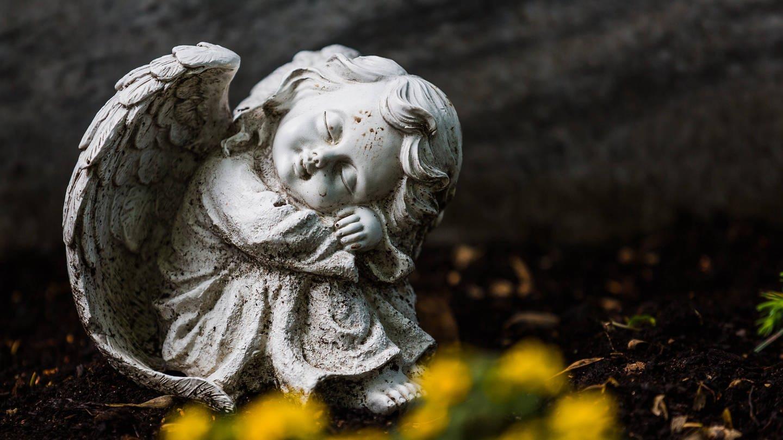Ein Engel auf einem Friedhof. Die meisten Menschen sterben in den Wintermonaten. (Foto: Imago, imago/Verena Scholze)