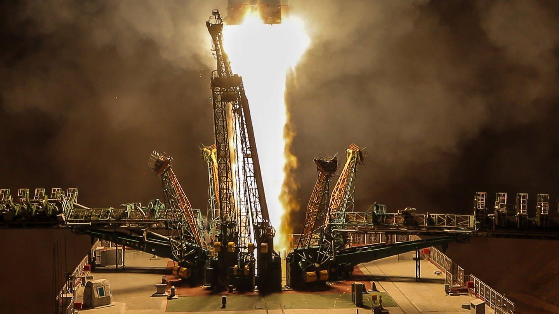 Eine Soyuz-FG-Rakete beim Start auf dem Gagarin-Startplatz in Baikonur, Kasachstan, an Bord Hazza Al Mansouri, Oleg Skripochka und Jessica Meir (Foto: Imago, imago images/ITAR-TASS)