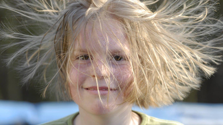 Kind mit statisch aufgeladenen Haaren (Foto: Imago, imago/Niehoff)