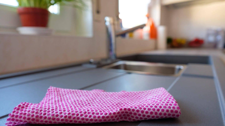 Spüllappen: auf Hygiene achten und regelmäßig waschen (Foto: Imago, imago images / Panthermedia)