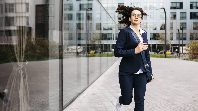 Geschäftsfrau rennt