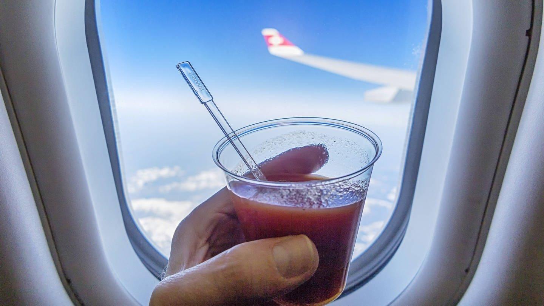 Tomatensaft im Flugzeug (Foto: Imago, imago images / Arnulf Hettrich)