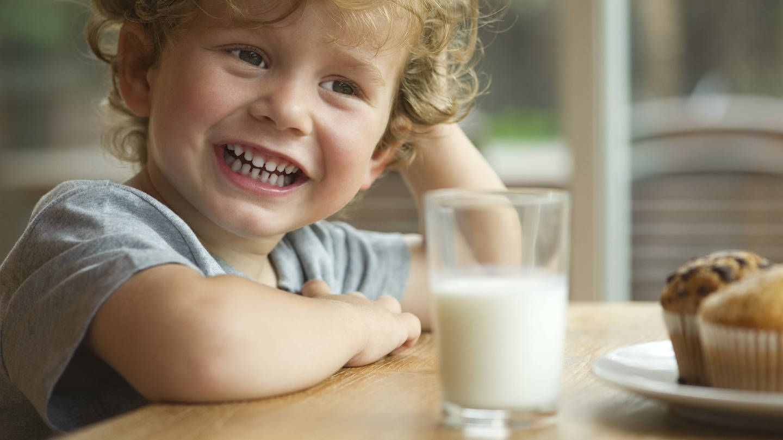 Kind trinkt Milch (Foto: Imago, imago images / PhotoAlto)
