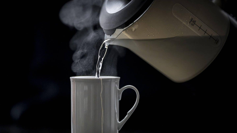 Heißes Wasser aus Wasserkocher (Foto: Imago, imago images / photothek)