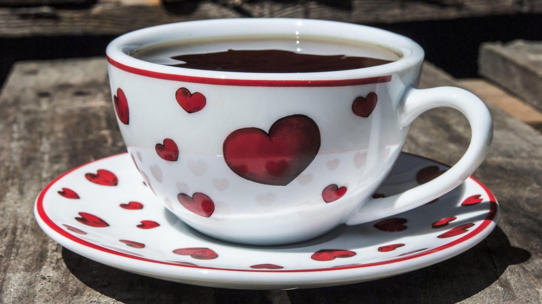 Gefüllte Kaffeetasse mit Herzen