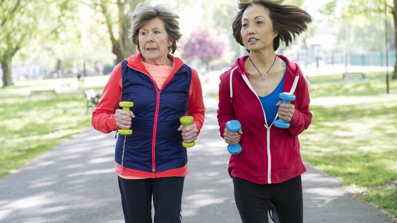 Frauen joggen mit Gewichten (Foto: Imago, imago images / Science Photo Library)