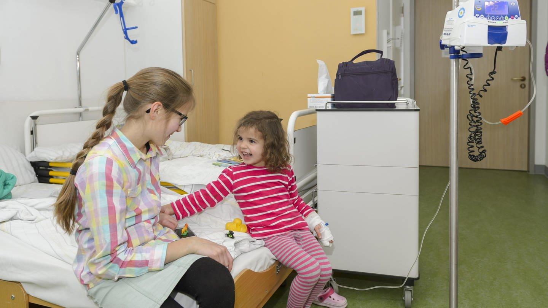 Mädchen besucht die kleine Schwester im Krankenhaus (Foto: picture-alliance / Reportdienste, picture alliance/imageBROKER)