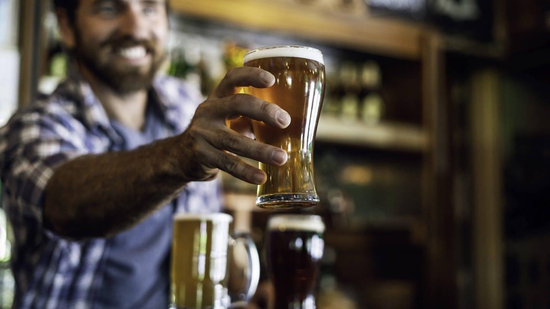 Mann mit Bier in einer Kneipe (Foto: Imago, imago images / PhotoAlto)