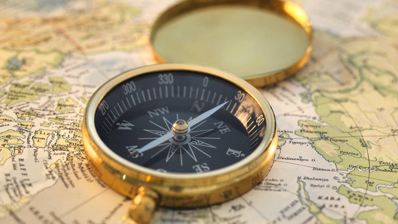 imago/Science Photo Library (Foto: Imago, Kompass auf einer Landkarte)