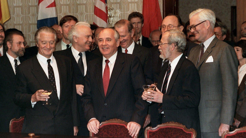 Gruppenbild der beteiligten Außenminister nach der Unterzeichnung des 2+4-Vertrags 1990 (Foto: SWR, (c) dpa)