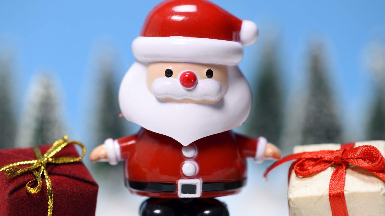 Weihnachtsmannfigur mit Geschenken (Foto: picture-alliance / Reportdienste, picture alliance/chromorange)