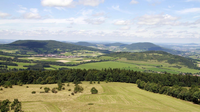 Blick über weite Teile der Rhön in Thüringen, Hessen und Bayern sowie den Thüringer Wald (Foto: picture-alliance / Reportdienste, picture alliance/dpa)
