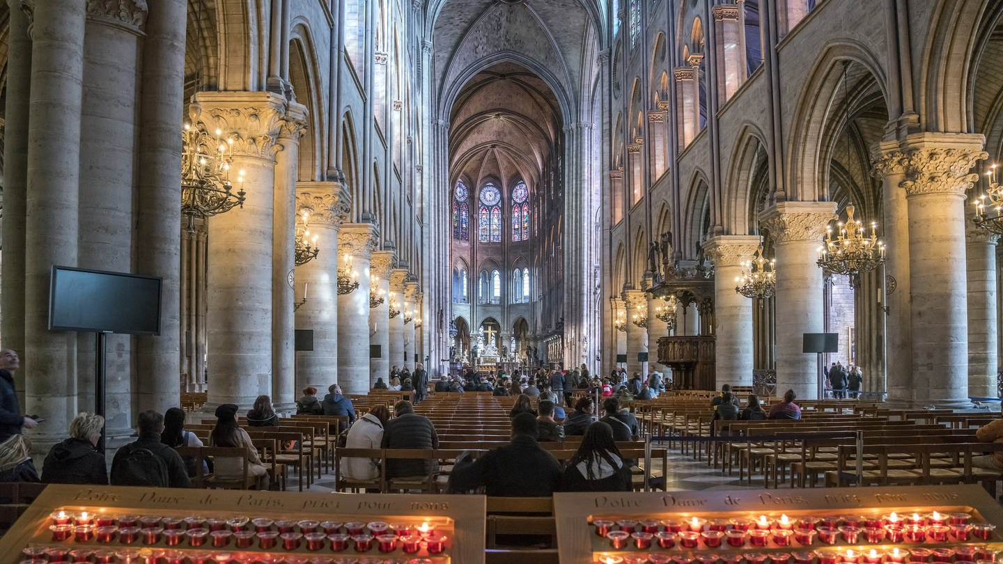 Innenraum der Kathedrale Notre-Dame de Paris vor dem Brand 2019 (Foto: picture-alliance / Reportdienste, picture alliance / Peter Schickert)