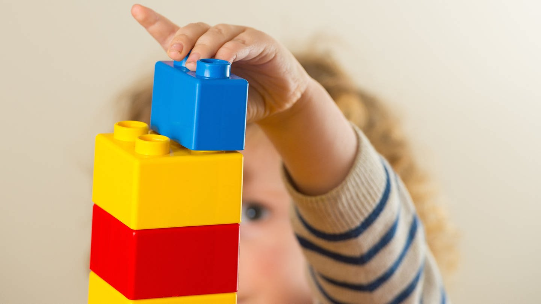 Kleinkind baut Turm mit Legosteinen (Foto: picture-alliance / Reportdienste, picture alliance / empics)