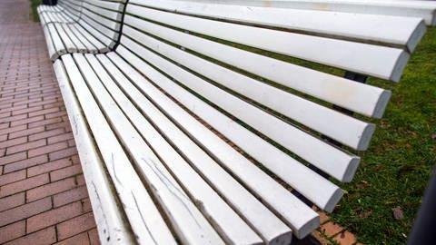 Lange Bänke (dpa) (Foto: dpa)