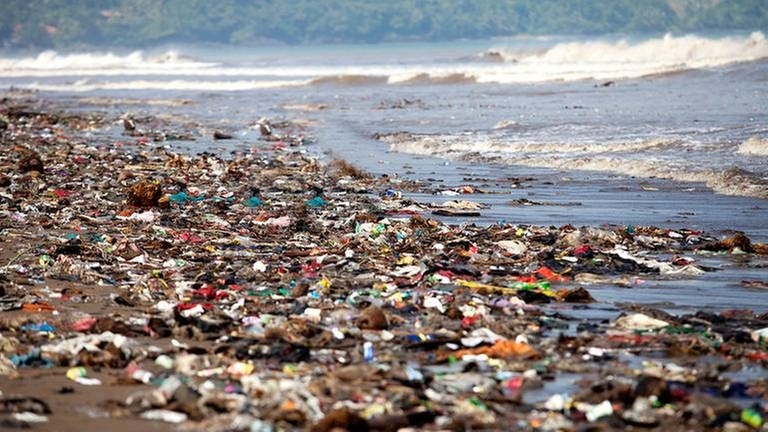Ein Strand mit angeschwemmten Müll. (Foto: Getty Images, Thinkstock -)