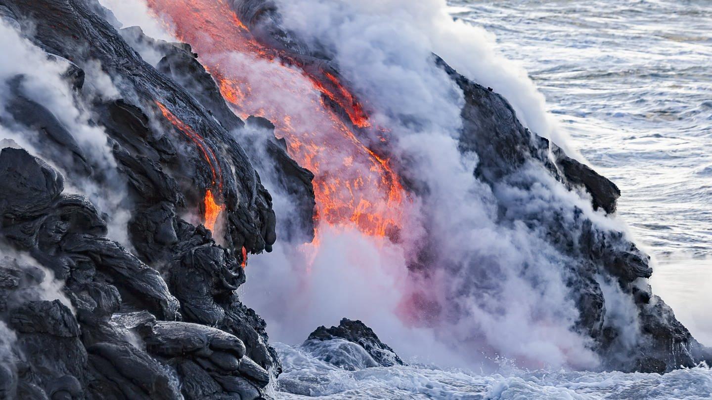 Glühende Lava fließt vom Vulkan Kilauea in den Pazifik / Hawaii (Foto: picture-alliance / Reportdienste, picture alliance)