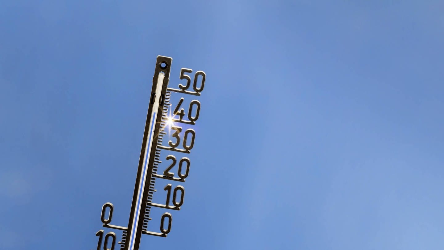 Thermometer zeigt Sommerhitze an (Foto: Imago, Imago)