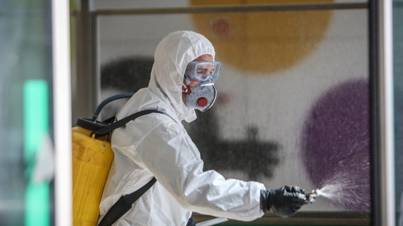 Im spanischen Malaga werden Plätze, an denen viele Menschen zusammenkommen, vorsorglich desinfiziert. (Foto: Imago, imago images / ZUMA Wire)
