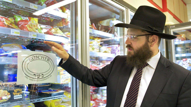 Rabbiner Yehuda Teichtal in einem Laden in der Berliner Güntzelstraße, in dem Milch, Fleisch, Käse und viele andere koscher produzierte Produkte angeboten werden (Foto: Imago, imago stock&people)