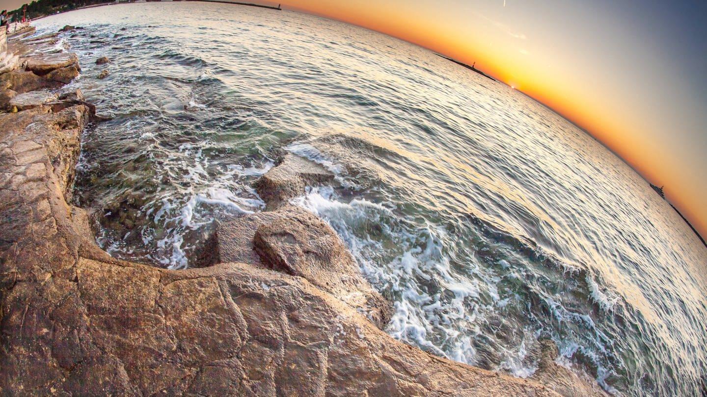 Sonnenuntergang, Meer und Strand mit einem Fischaugen-Objektiv aufgenommen in Porec, Kroatien (Foto: Imago, Eibner-Pressefoto/EXPA/Feichter via www.imago-images.de)