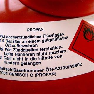 Rote Gasflasche mit brennbarem Butangas (Foto: Imago, imago/imagebroker/saurer)