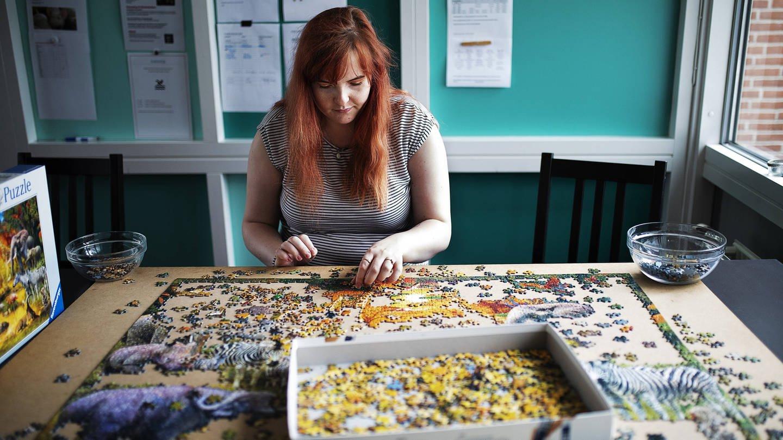 Kirsten Damgaard Petersen, eine junge Autistin, beim Puzzlespielen (Foto: Imago, Carsten Bundgaard via www.imago-images.de)