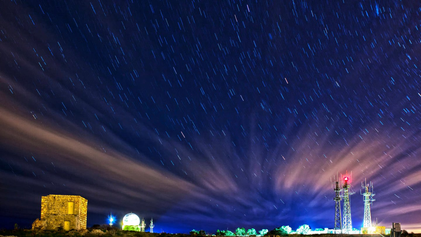 Dingli Radarstation auf Malta vor nächtlichem Sternenhimmel (Foto: Imago, William Attard McCarthy via www.imago-images.de)