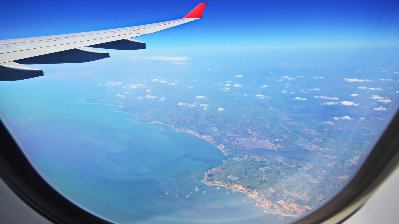 Blick aus einem Fenster im Flugzeug (Foto: Imago, via www.imago-images.de)