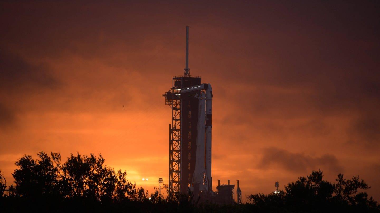 Vor dem Start: Eine SpaceX Falcon 9-Rakete mit dem Raumschiff CrewDragon steht im Kennedy Space Center bereit zum Start.